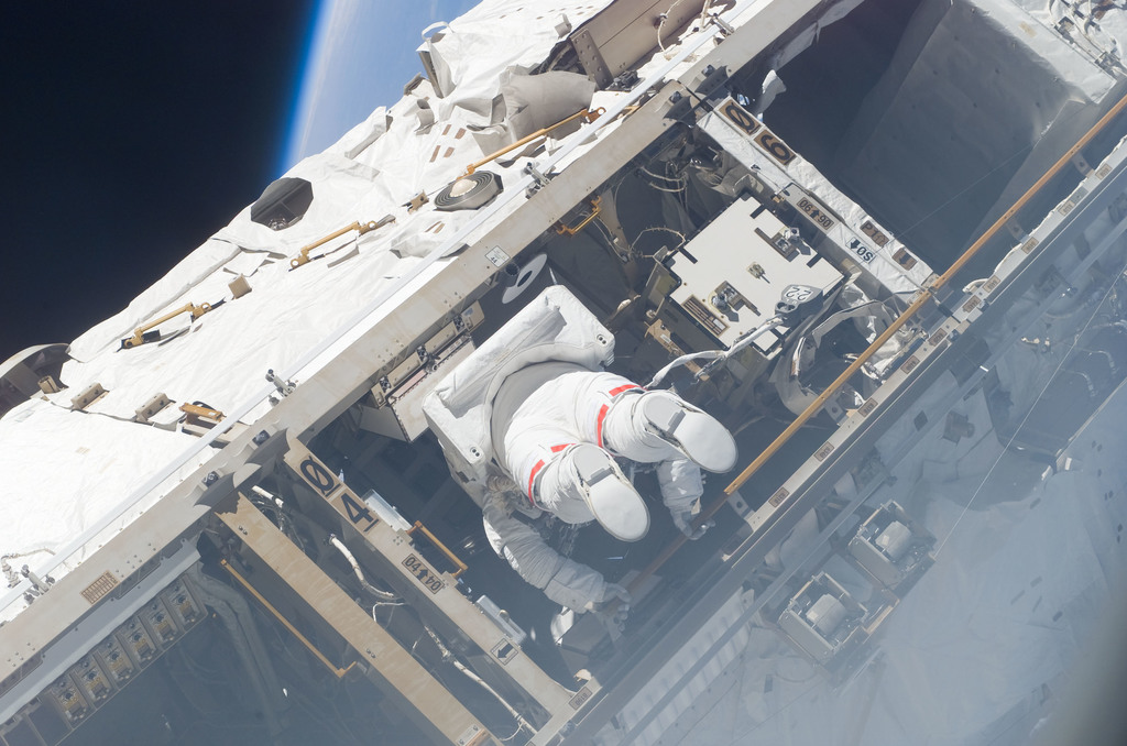 S115E05533 - STS-115 - Tanner performs first EVA during STS 115 / Expedition 13 joint operations