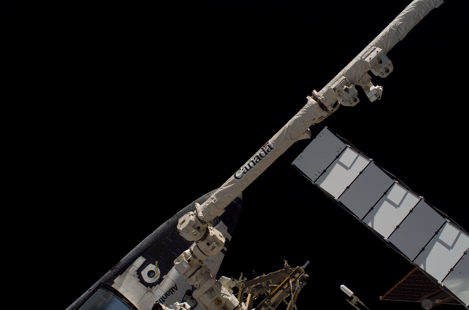 S115E05730 - STS-115 - STS-115 Space Shuttle Atlantis docked on the ISS during Joint Operations
