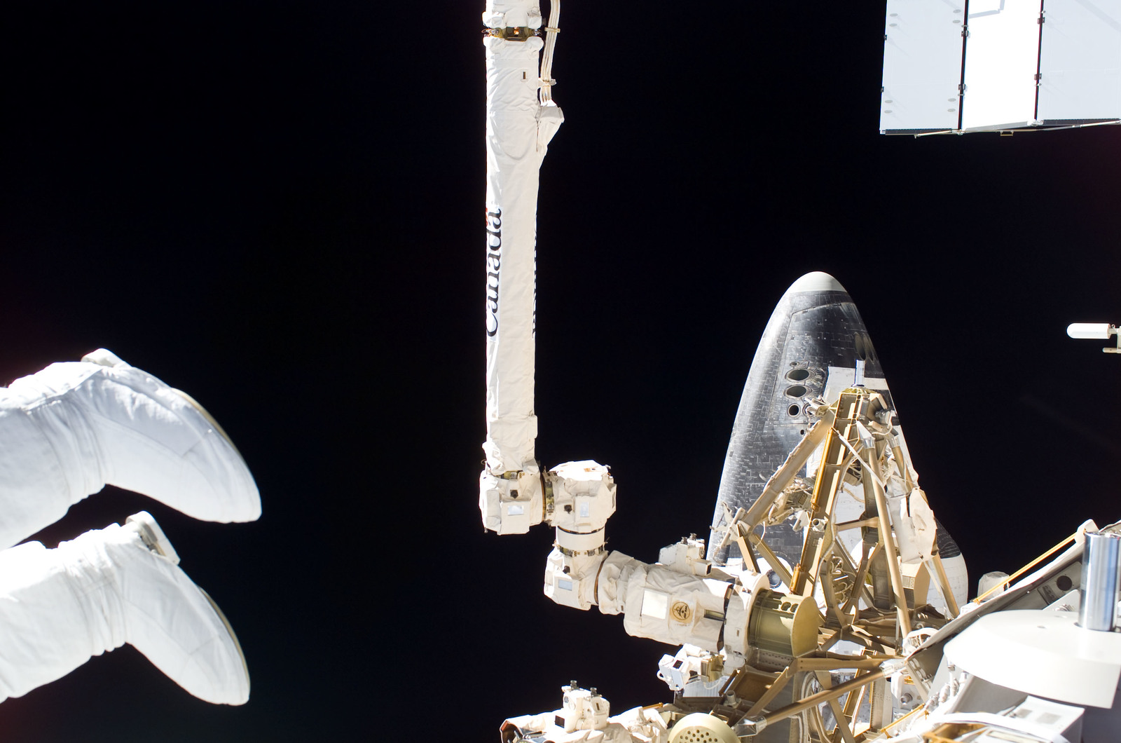 S115E05742 - STS-115 - STS-115 Space Shuttle Atlantis docked on the ISS during Joint Operations