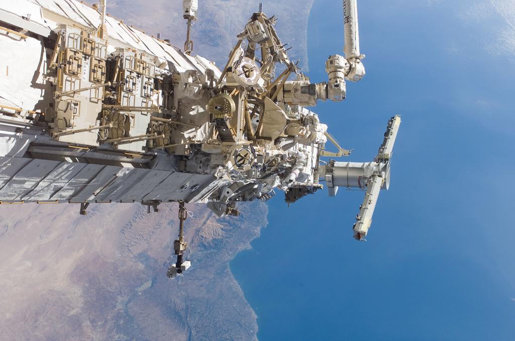 S115E05824 - STS-115 - MacLean performing second EVA spacewalk