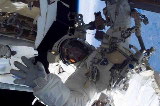 S115E05846 - STS-115 - Burbank prepares the SARJ on the P3 - P4 Truss Segment
