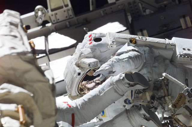 S115E05900 - STS-115 - MacLean prepares the SARJ on the P3 - P4 Truss Segment during STS-115 EVA