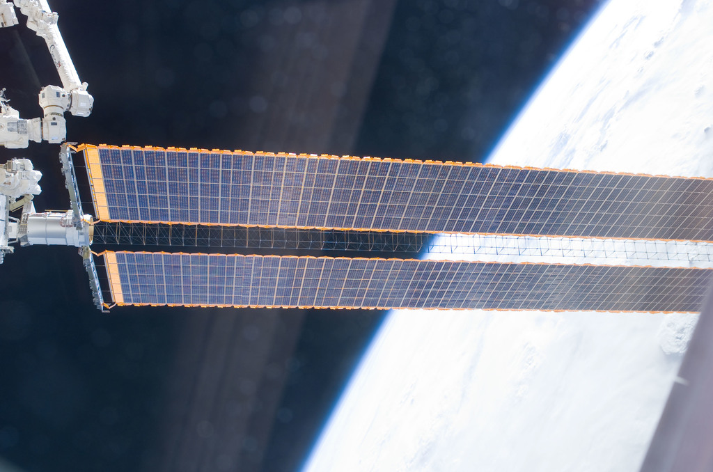 S115E05999 - STS-115 - P4 Truss FWD SAW during Expedition 13 and STS-115 EVA Joint Operations
