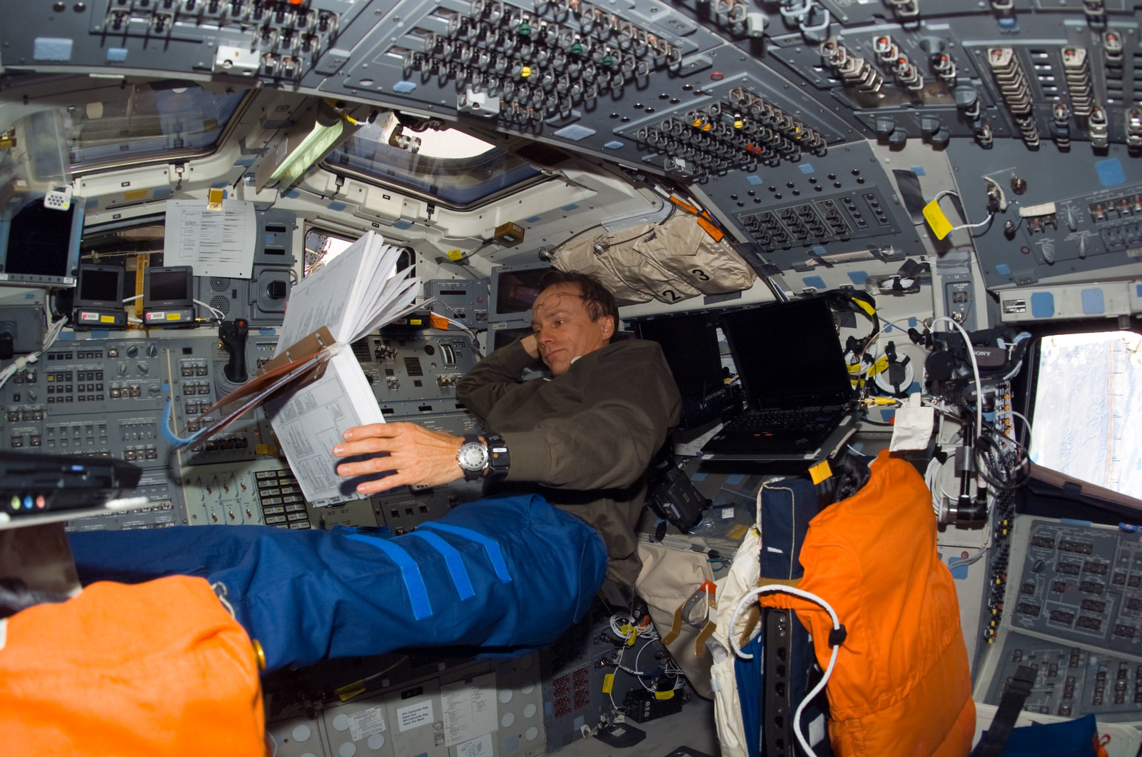 S115E06196 - STS-115 - STS-115 Pilot Ferguson looks through crew procedures in the FD during Joint Operations