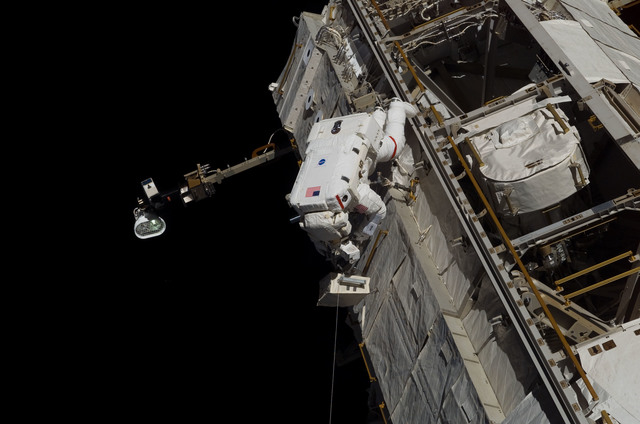 S115E07376 - STS-115 - STS-115 MS Tanner performs third EVA during Expedition 13 / STS-115 Joint Operations