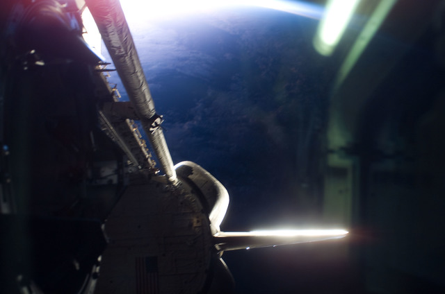 S115E07895 - STS-115 - Earths limb and shuttle bay area looking through aft FD window on STS-115 Space Shuttle Atlantis