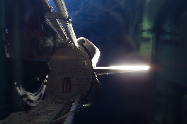 S115E07896 - STS-115 - Earths limb and shuttle bay area looking through aft FD window on STS-115 Space Shuttle Atlantis