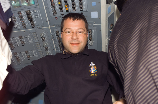 S116E05263 - STS-116 - STS-116 MS Patrick in the FD on Space Shuttle Discovery