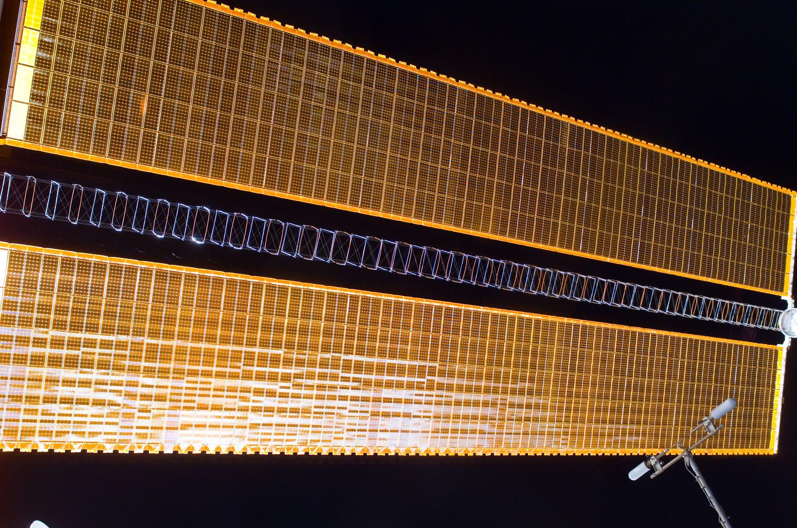 S116E05412 - STS-116 - P4 Truss SAW