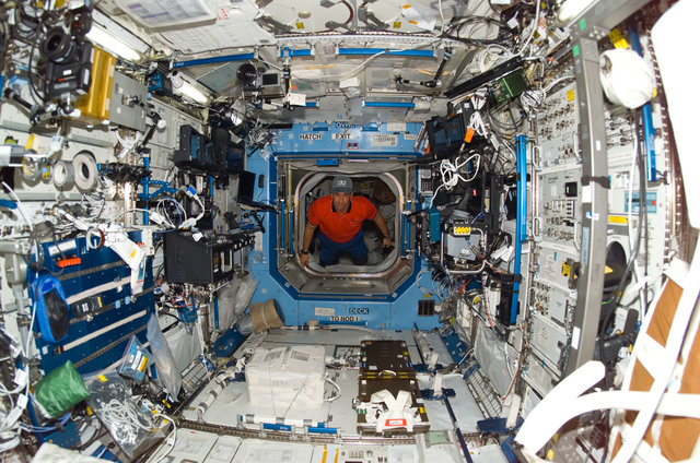 S116E05601 - STS-116 - STS-116 Pilot Oefelein in the Node 1 hatch during Joint Operations