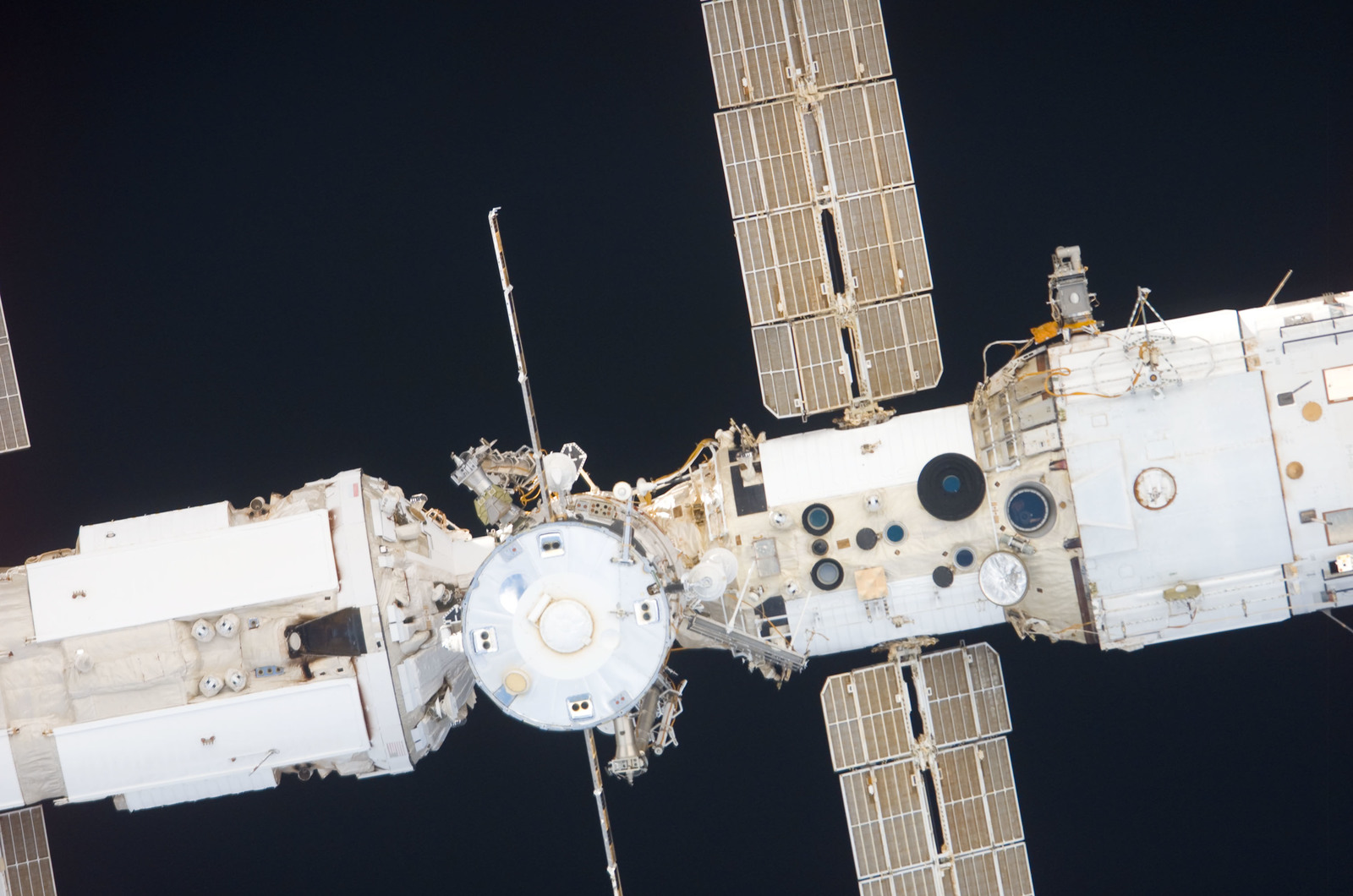 S116E05635 - STS-116 - Approach view of the FGB, Progress Resupply Vehicle, and SM
