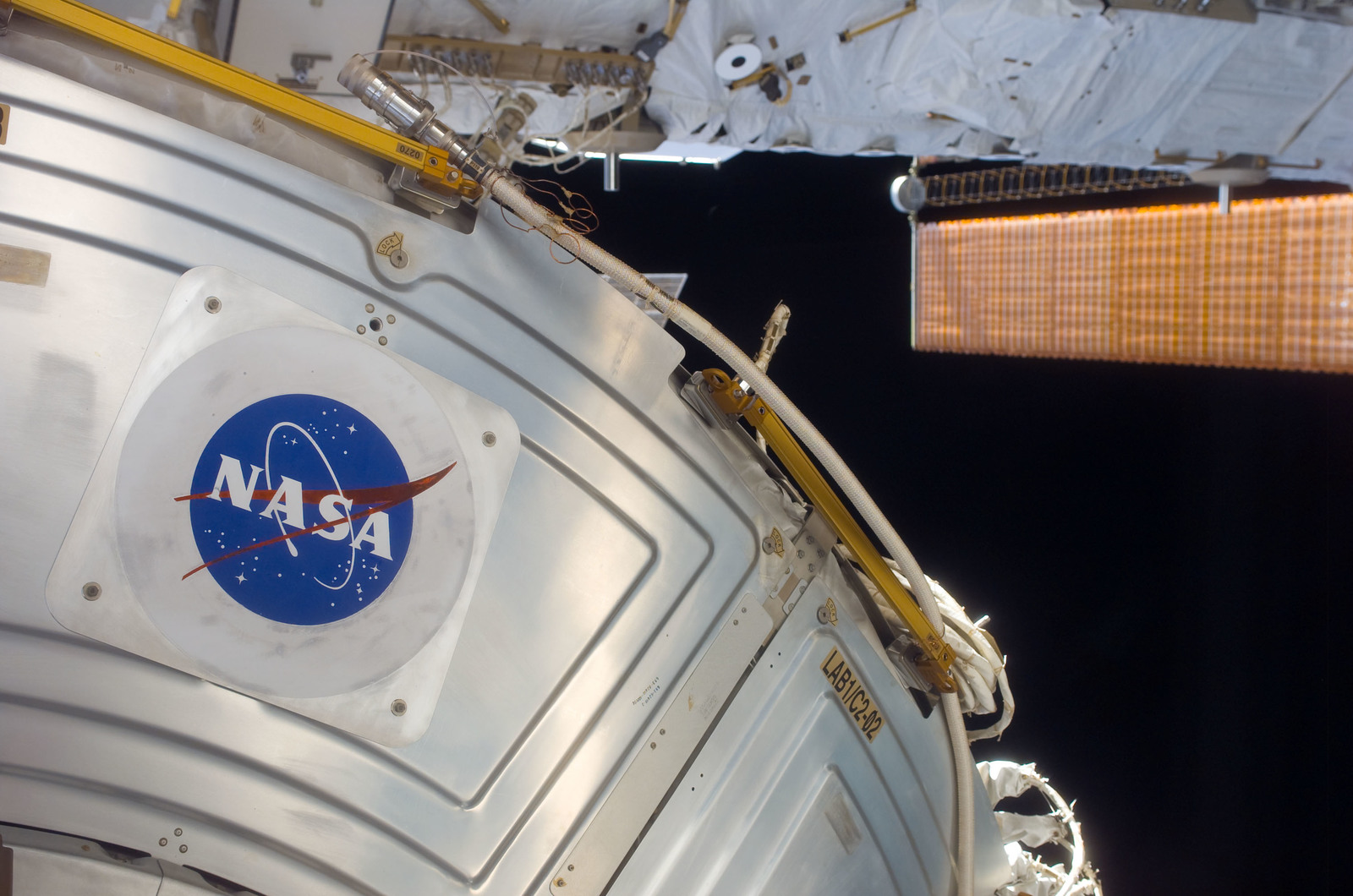 S116E05957 - STS-116 - FWD view of the U.S. Laboratory during STS-116 EVA 1