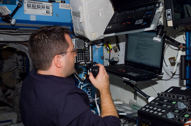 S116E06159 - STS-116 - STS-116 MS Patrick operates laptop computer in the U.S. Laboratory during Joint Operations