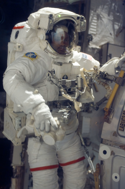 S116E06314 - STS-116 - STS-116 MS Curbeam,Jr.,works at the U.S. Laboratory during EVA 2