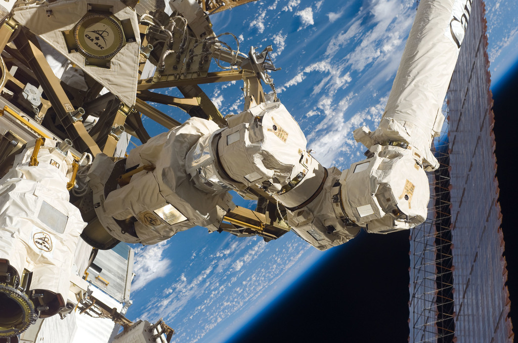 S116E06584 - STS-116 - SSRMS on EVA 3 during Expedition 14 / STS-116 Joint Operations