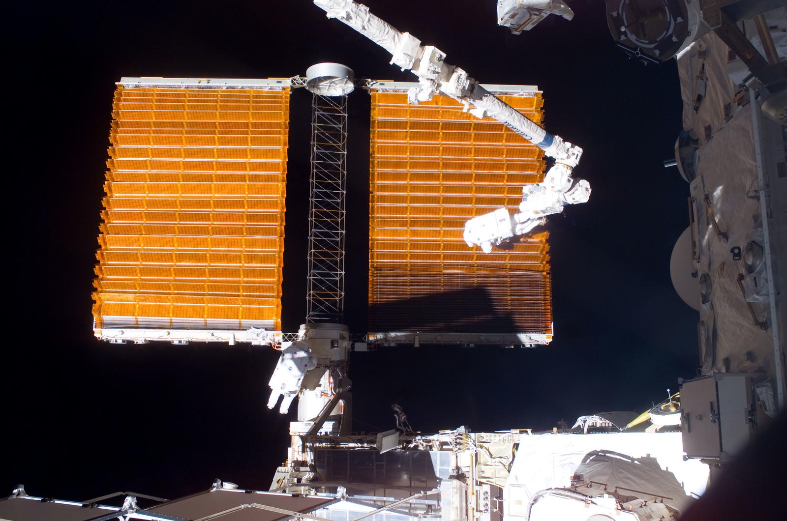 S116E06855 - STS-116 - STS-116 MS Fuglesang and Curbeam,Jr.,during EVA 4