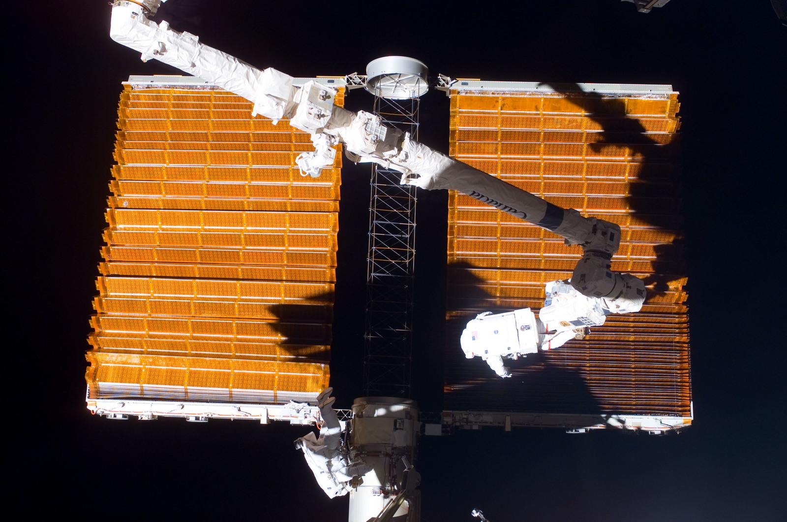 S116E06857 - STS-116 - STS-116 MS Fuglesang and Curbeam,Jr.,during EVA 4