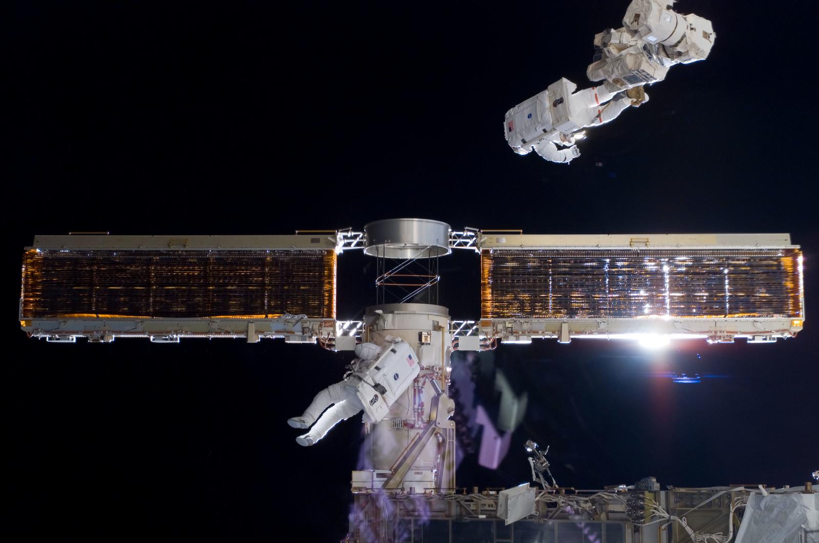 S116E06858 - STS-116 - STS-116 MS Fuglesang and Curbeam,Jr.,during EVA 4