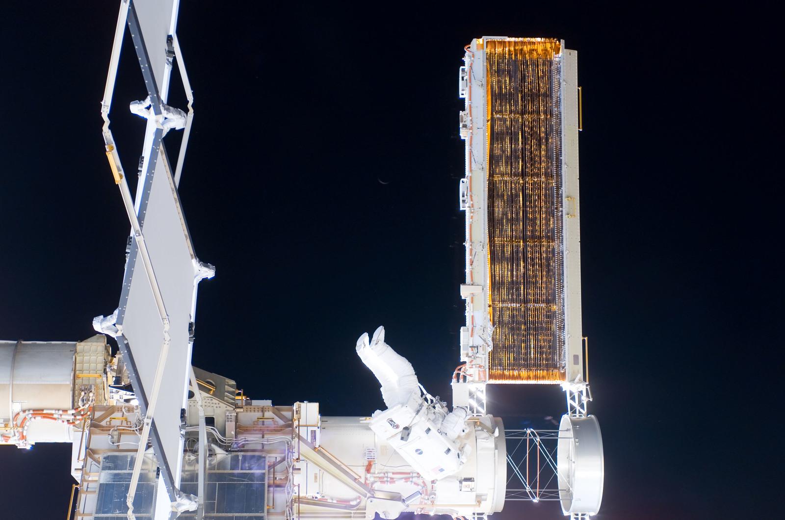 S116E06862 - STS-116 - STS-116 MS Fuglesang during EVA 4