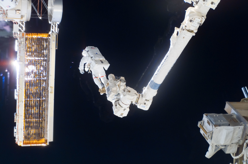 S116E06864 - STS-116 - STS-116 MS Curbeam,Jr.,during EVA 4