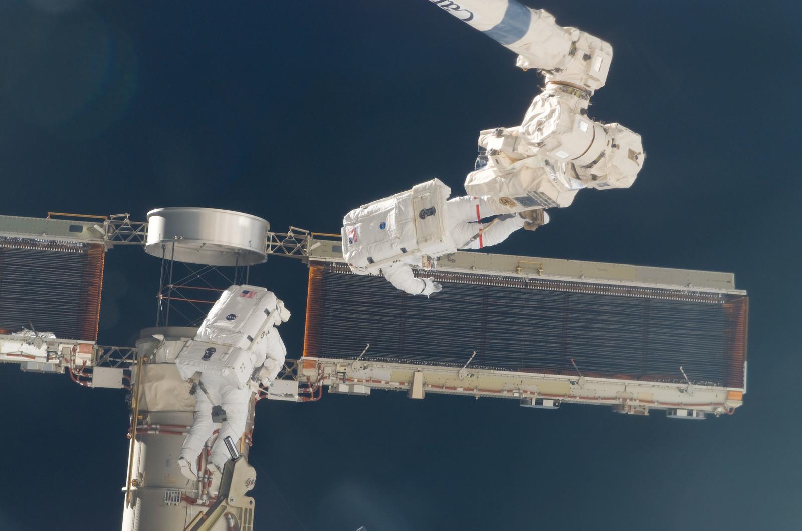 S116E06869 - STS-116 - STS-116 MS Fuglesang and Curbeam,Jr.,during EVA 4