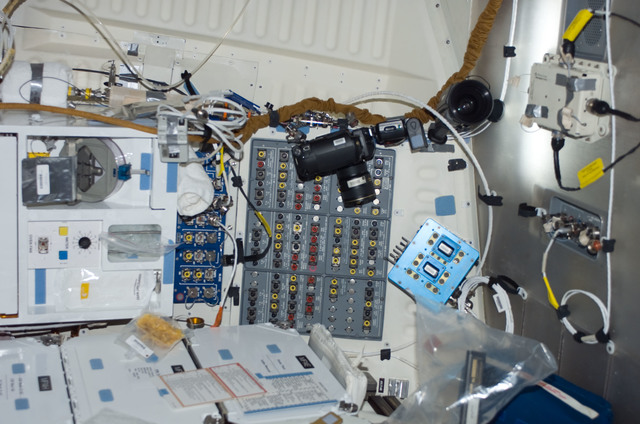 S117E06685 - STS-117 - Meal preparation area on FWD MDDK of STS-117 Space Shuttle Atlantis