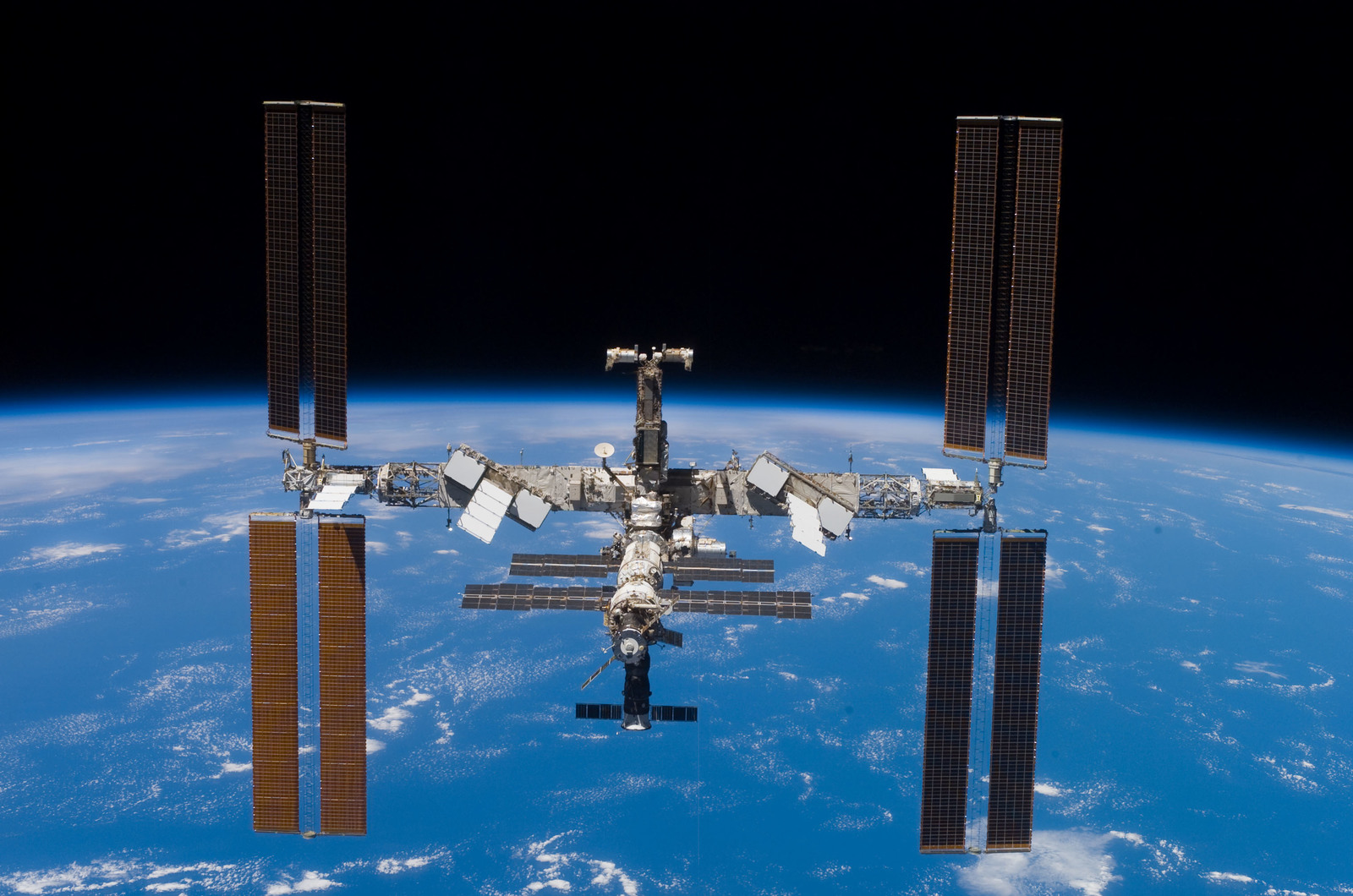 S117E08048 - STS-117 - STS-117 Space Shuttle Atlantis leaves the ISS