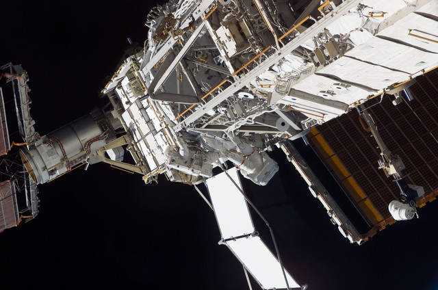 S117E09227 - STS-117 - Swanson and Forrester works at the S3/S4 Truss during EVA 4