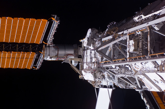 S117E09240 - STS-117 - Swanson and Forrester works at the S3/S4 Truss during EVA 4