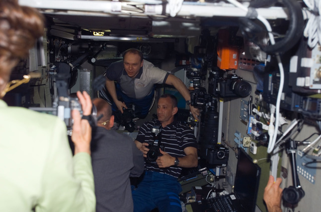 S118E06109 - STS-118 - View of STS-118 / Expedition 15 Crewmembers in the SM