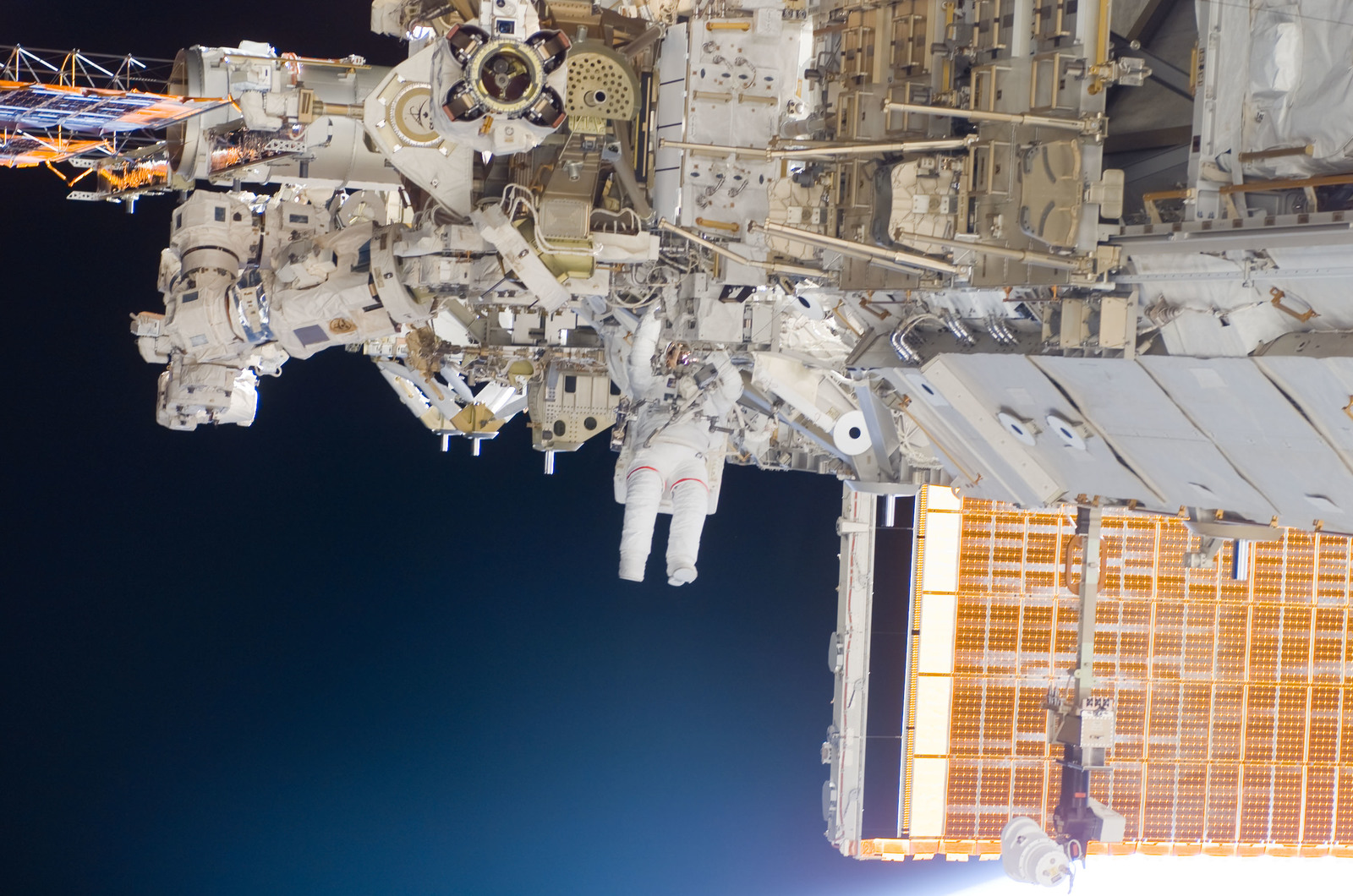 S118E06137 - STS-118 - View of Mastracchio during STS-118 EVA 1
