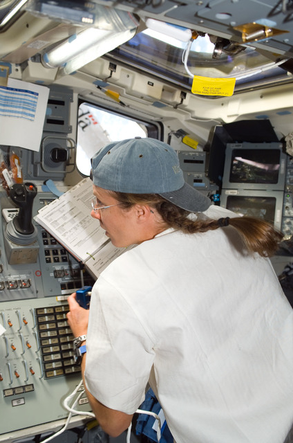 S118E06141 - STS-118 - View of Caldwell working the SRMS during STS-118/Expedition 15 Joint Operations