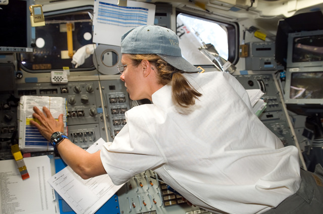 S118E06142 - STS-118 - View of Caldwell working the SRMS during STS-118/Expedition 15 Joint Operations