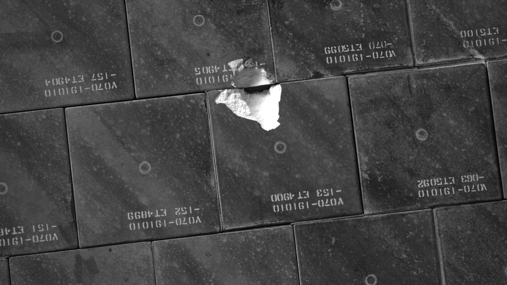 S118E06624 - STS-118 - IDC Survey Test of Tile Damage taken during STS-118 Mission