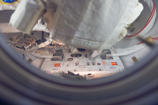 S118E06850 - STS-118 - View of Williams attired in the EMU in the A/L during STS-118/Expedition 15 Joint Operations