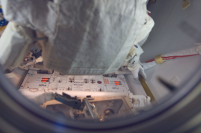 S118E06852 - STS-118 - View of Williams attired in the EMU in the A/L during STS-118/Expedition 15 Joint Operations