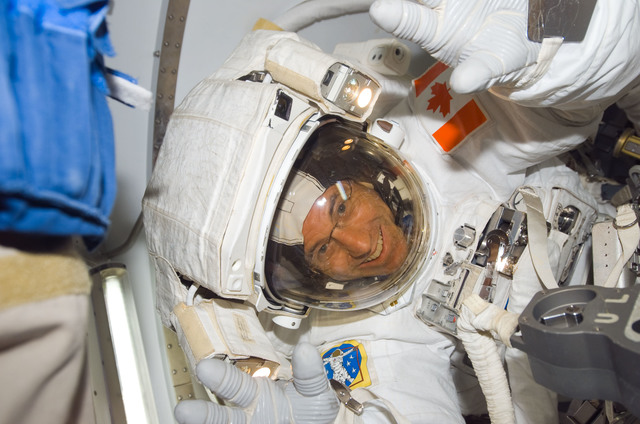 S118E06865 - STS-118 - View of Williams after a session of EVA exiting the A/L during STS-118/Expedition 15 Joint Operations