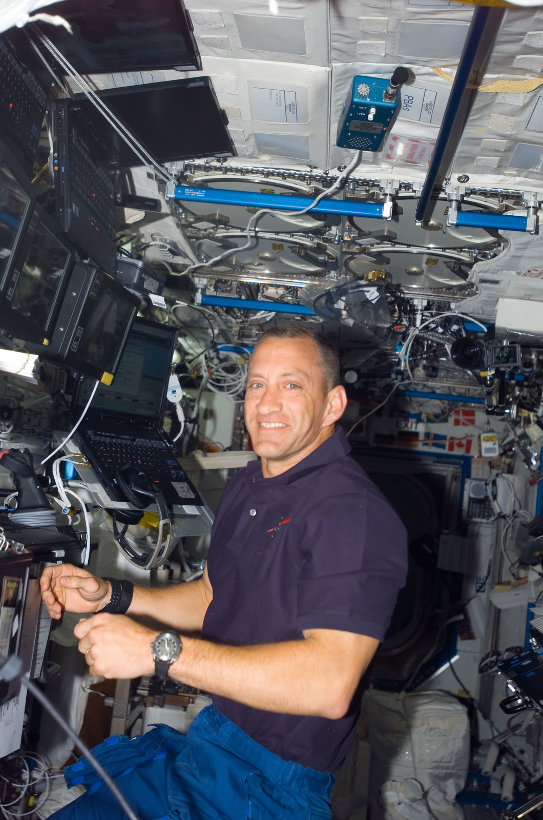 S118E06877 - STS-118 - View of Hobaugh in the US Lab during STS-118/Expedition 15 Joint Operations