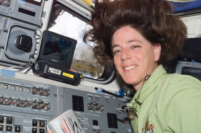 S118E07109 - STS-118 - View of Morgan working the SRMS during STS-118