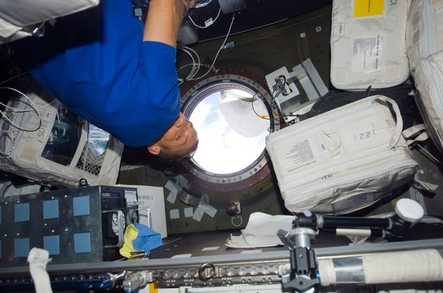 S118E07493 - STS-118 - Hobaugh in the US Lab during STS-118/Expedition 15 Joint Operations