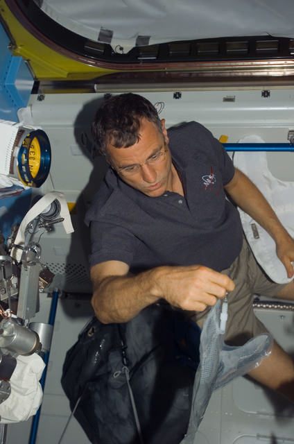 S118E07501 - STS-118 - Williams working in the A/L during STS-118/Expedition 15 Joint Operations