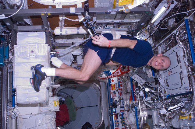 S118E07657 - STS-118 - FE Anderson exercising on the CEVIS during STS-118/Expedition 15 Joint Operations