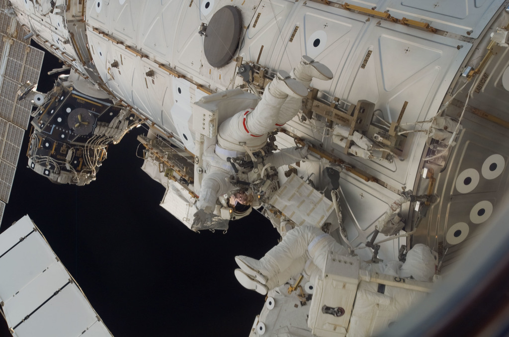 S118E09952 - STS-118 - MS Williams and FE Anderson working on the US Lab during STS-118/Expedition 15 EVA 4