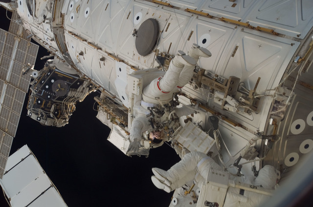 S118E09953 - STS-118 - MS Williams and FE Anderson working on the US Lab during STS-118/Expedition 15 EVA 4