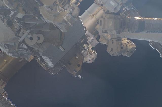 S120E007419 - STS-120 - EVA 3 - P6 truss and arrays