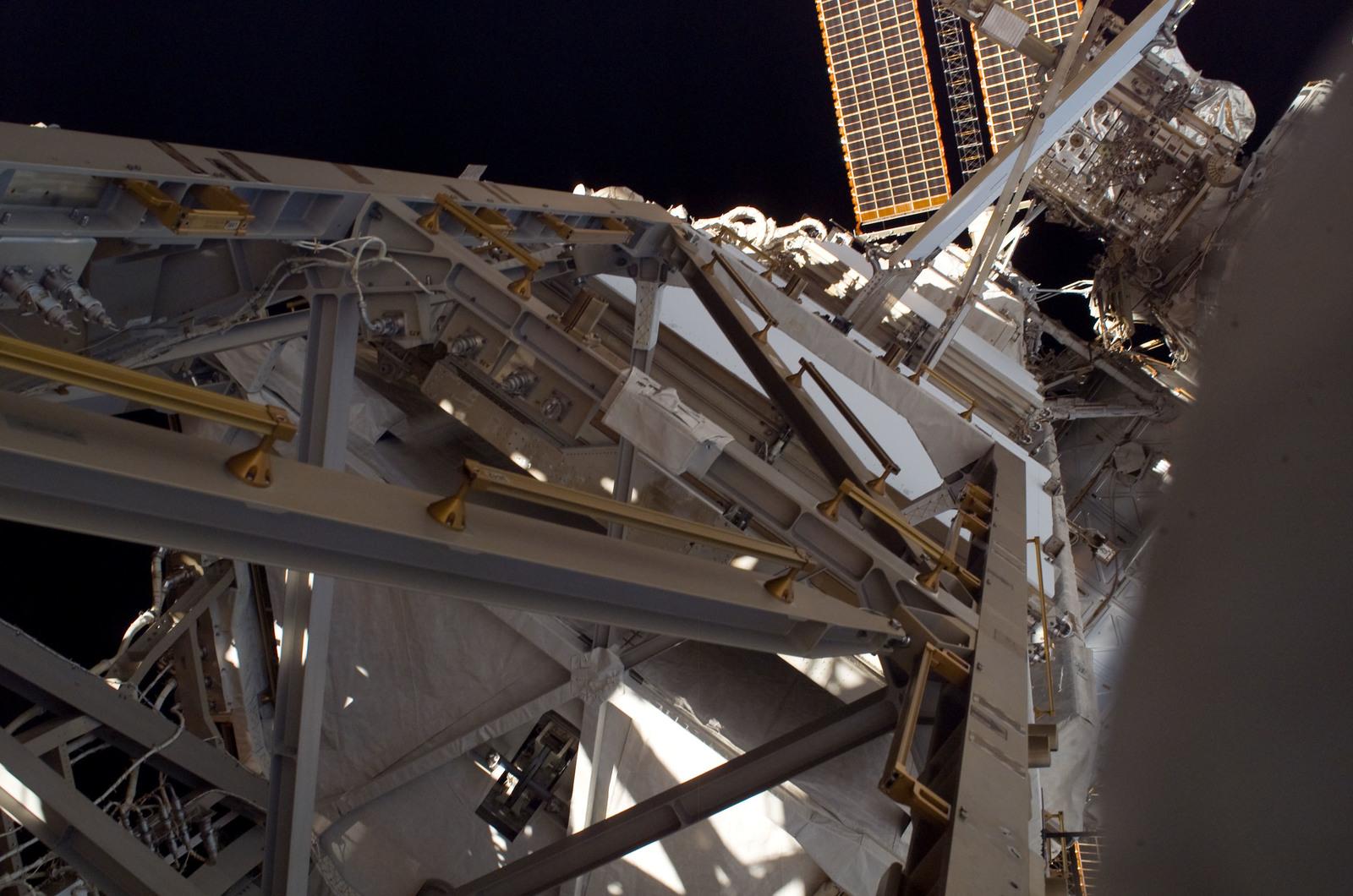 S120E008274 - STS-120 - EVA3 - P5 Truss