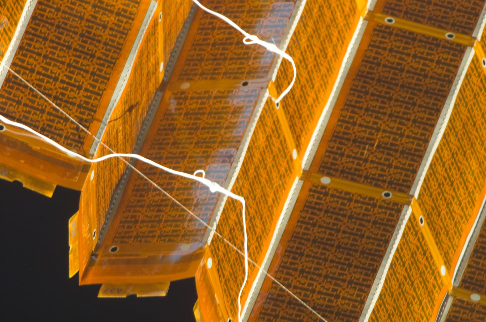 S120E008422 - STS-120 - EVA 4 - P6 4B solar array