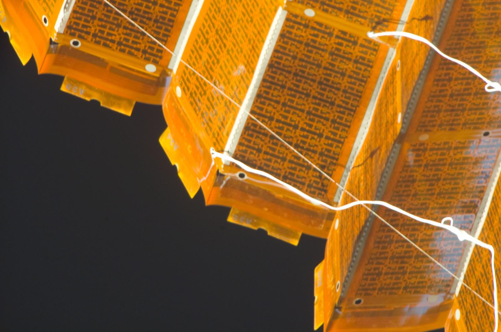 S120E008423 - STS-120 - EVA 4 - P6 4B solar array