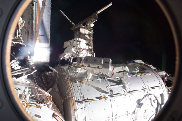 S120E010974 - STS-120 - EVA 2 - Tani and Parazynski