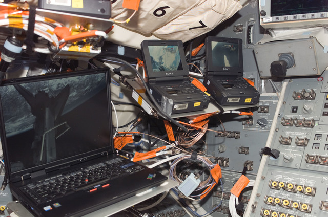 S121E05991 - STS-121 - Laptop computer and digital recorders on the orbiter AFD during STS-121 / Expedition 13 joint operations